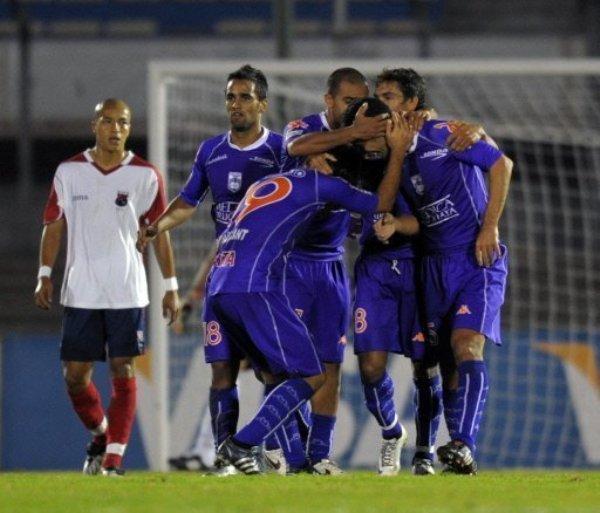 LO REAL MARAVILLOSO. Defensor Sporting se mandó una volteada espectacular ante el DIM. Acá los uruguayos festejan el tanto de De Souza, el 3-3 parcial (Foto: EFE)