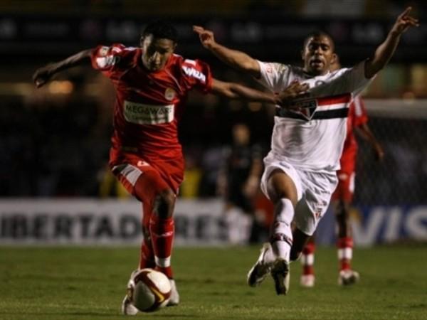 OTRO VOLTEADO. Así como Colo-Colo, América se adelantó en su visita a Brasil, pero no pudo con el local Sao Paulo (Foto: FIFA.com / AFP)