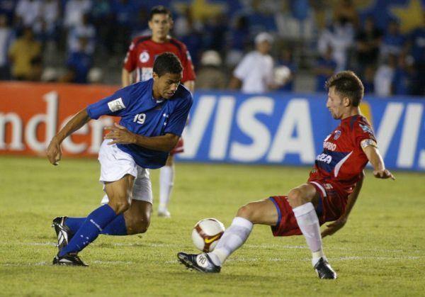 ASEGURANDO. Wanderley ingresó en el segundo tiempo para sostener el 2-0 de Cruzeiro sobre el modesto Universitario de Sucre (Foto: EFE)