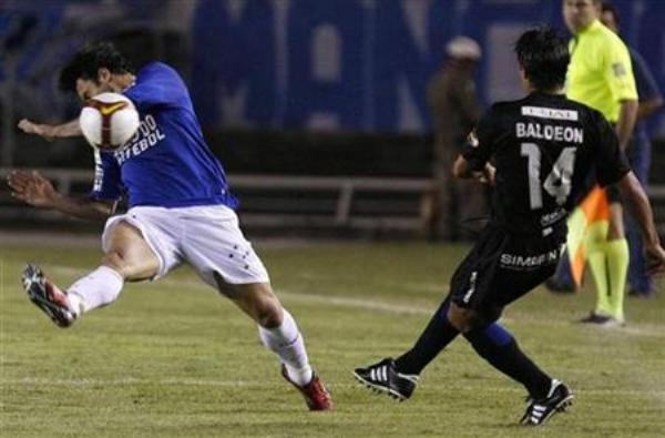 ES SOLO UN PELOTAZO. El ex aliancista Johnny Baldeón ingresó en el segundo tiempo, pero no pudo impedir la derrota de Deportivo Quito ante Cruzeiro (Foto: EFE)
