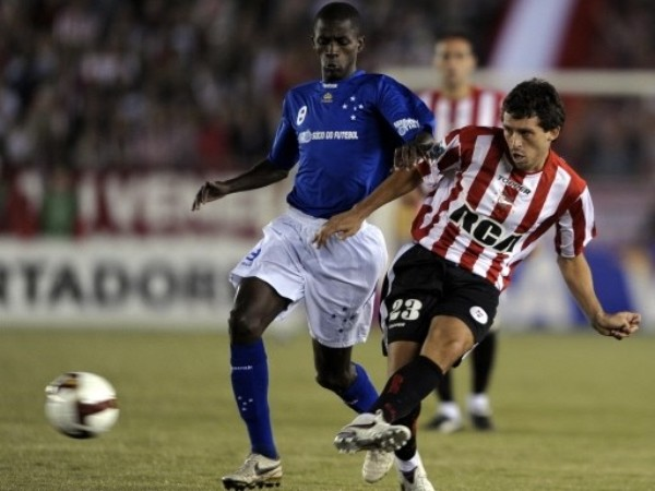 PINCHAR Y PINCHAR. Benítez pasa ante la mirada impotente de Ramires. Estudiantes le hizo cuatro a Cruzeiro (Foto: FIFA.com / AFP)