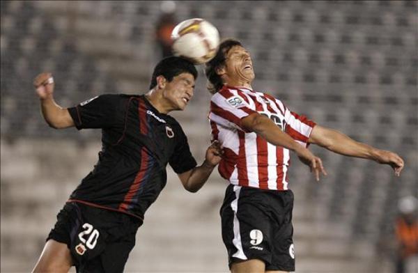 CONTUNDENCIA. Checa lucha en el salto a José Luis Calderón. 'Caldera' esta vez no anotó, pero Estudiantes igual vapuleó al Deportivo Quito (Foto: EFE)