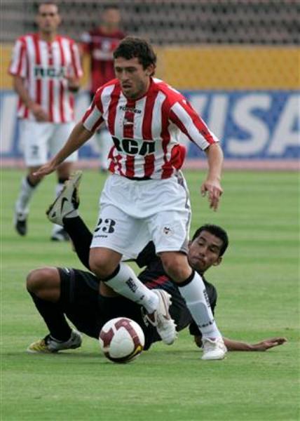 NO PAAASAS. El avance de Leandro Benítez será estéril: Estudiantes cayó sin atenuantes en el Olímpico Atahualpa (Foto: EFE)