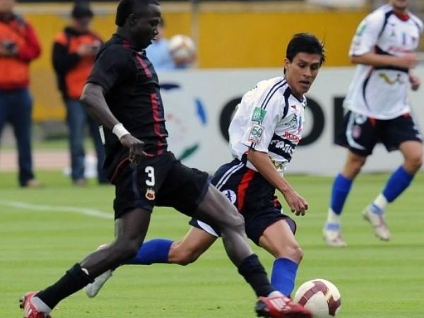 NO LE HIZO NI SOMBRA. Deportivo Quito no tuvo problemas en superar a Universitario de Sucre y recobró la esperanza. Aquí se aprecia la superioridad de Isaac Mina ante la marca boliviana (Foto: FIFA.com / AFP)