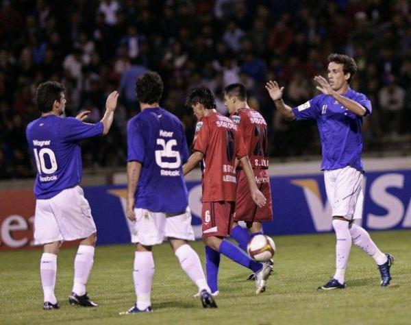 MAREA AZUL. Thiago Ribeiro se acerca a celebrar su gol en la valla de Universitario de Sucre con Wágner y Kléber. Cruzeiro mandó en Bolivia (Foto: EFE)