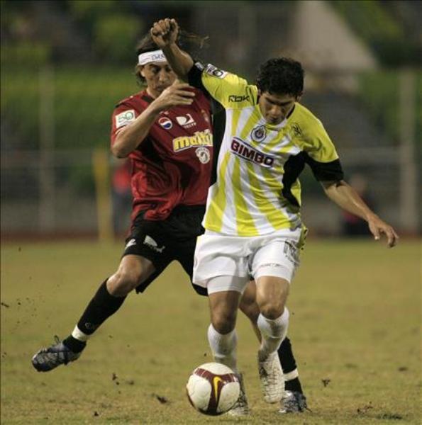 TE DESCONOZCO. Con estridente camiseta amarillo patito, Chivas cayó superado con cierta holgura por Caracas (Foto: EFE)
