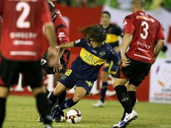 LO ENCASILLARON. Caracas no dejó jugar a Everton y se llevó, sin sobresaltos, la victoria que lo clasificó. En la foto, Ezequiel Miralles se ve anulado por la superioridad de camisetas rojas (Foto: FIFA.com / AFP)