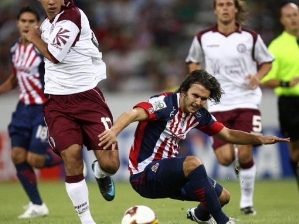 SE CAYERON LOS DOS. Chivas y Lanús empataron a cero en un partido aburrido que no benefició a ninguna de las partes. Los mexicanos se complicaron, y los argentinos quedaron eliminados (Foto: FIFA.com / AFP)