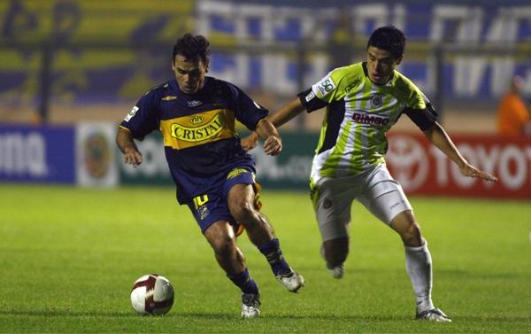 NO BASTA CON ESCAPARSE. Jaime Riveros se lleva el balón, pero igual Everton no pasaría del empate ante Chivas y acabaría quedándose eliminado (Foto: MEXSPORT.com)