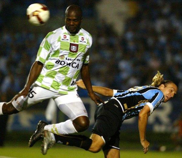 PASA DE LARGO. Boyacá Chicó se vio tan sorprendido como Ever Palacios en Porto Alegre. El cuadro colombiano no fue rival para Gremio y se quedó fuera de la Copa (Foto: EFE)