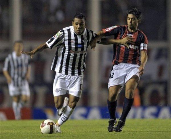 AVANZA CON LIBERTAD. 'Cachito' Ramírez viene siendo figura en el sorprendente equipo de Torrente. Acá avanza con el balón ante la mirada de Adrián González (Foto: EFE)