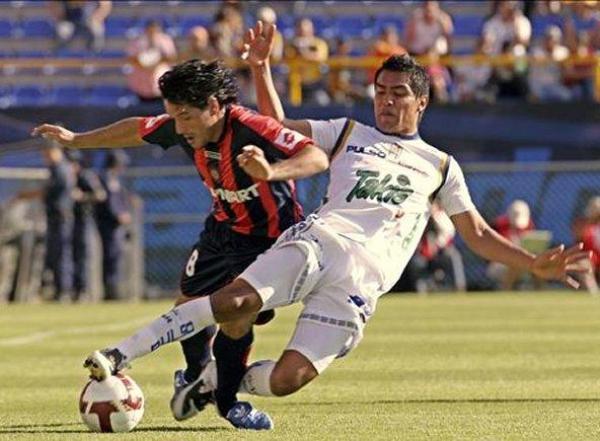 ÓRALE MI CUERVO. Así como le ocurre acá a Diego Rivero, San Lorenzo se quedó sin camino en la Copa ante San Luis Potosí (Foto: EFE)