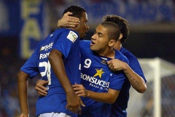 ABRAZOS EN AZUL. Otra vez el goleador Paulista, ahora en festejo con Gustavo (Foto: AFP)