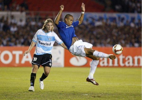 PLASTICIDAD I. Thiago Eleno rechaza ante la impotente mirada de 'Maxi' López (Foto: EFE)