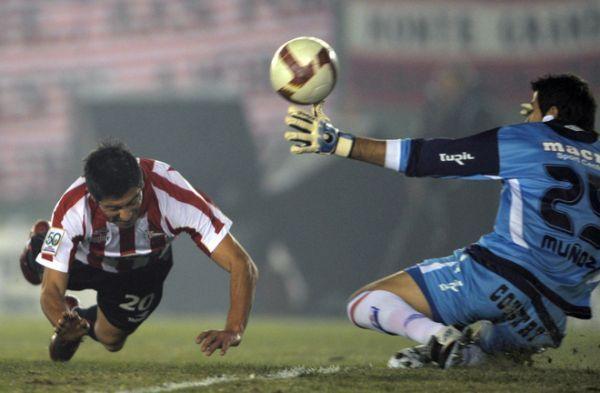DE PALOMITA AL ÉXITO. Diego Galván ya había conectado el servicio de Leandro Benítez para establecer el 1-0. El portero charrúa Rodrigo Muñoz nada podía hacer para evitar la caída (Foto: AFP)