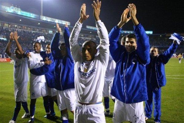 SIEMPRE CONTIGO. Los jugadores de Cruzeiro le agradecen a los 2,500 'torcedores' por su aliento incondicional. (Foto: AFP)