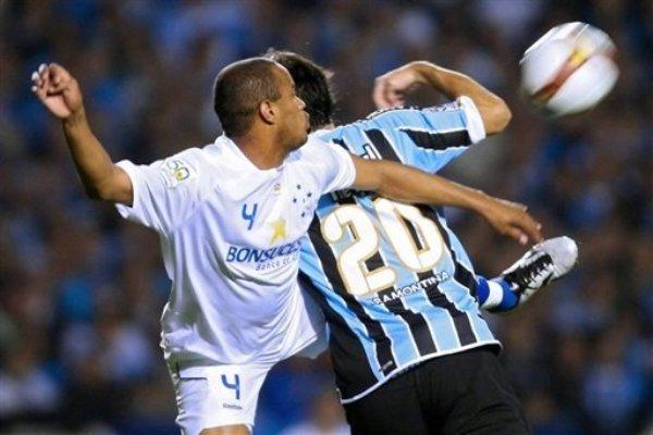 MEJOR PARADO. Thiago Heleno supera en el salto al argentino Germán Herrera (Foto: AFP)