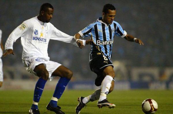 NO TE ME ESCAPAS. Salvo en el segundo gol, Fabinho opacó toda la noche a Souza (Foto: EFE)