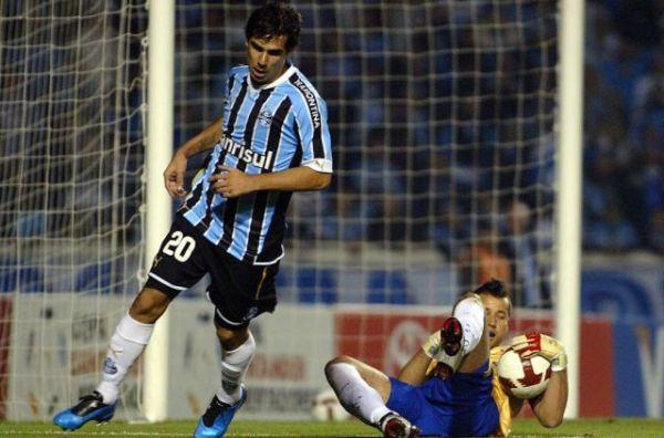NO LE SALIÓ NADA. La dupla de atacantes argentinos no le resultó a Paulo Autuori. Gue muy poco el peligro que llevaron Herrera y 'Maxi' López (Foto: EFE)