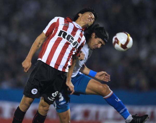 CABEZA A CABEZA. Enzo Pérez va al salto con Federico Domínguez. Fue el típico partido del Río de la Plata: jugado a todo meter (Foto: AFP)