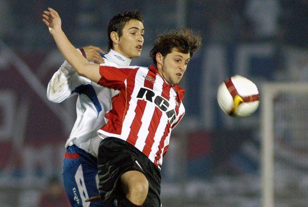 COSA DE MATÍAS. El de Estudiantes, Sánchez, le gana un balón al tricolor, Rodríguez (Foto: AFP)