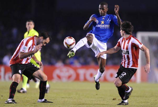 DÉJALO VOLAR. Desábato se encoge ante la acrobacia de Ramires. Cruzeiro se quedó con la miel en los labios (Foto: AFP)