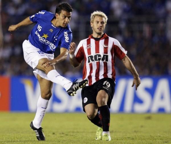ESTÁS TARDE. Henrique remata ante la mirada de la 'Gata' Fernández. El volante azul marcó el único tanto de su equipo (Foto: Reuters)