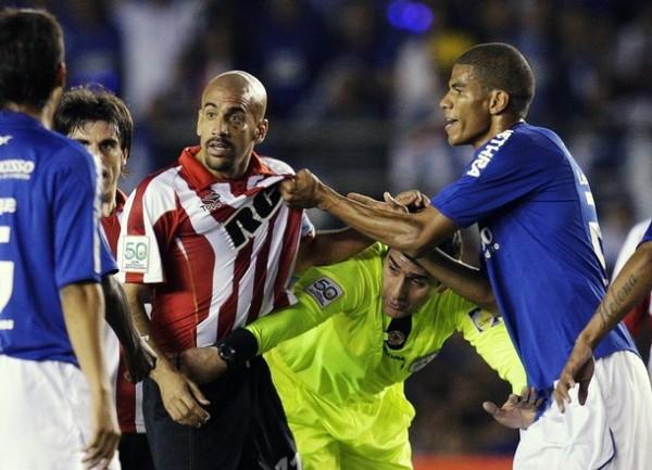 LA CAMISETA NO SE MANCHA. Verón tiene un conato de gresca con Leonardo Silva, resuelto por el juez Chandía (Foto: Reuters)