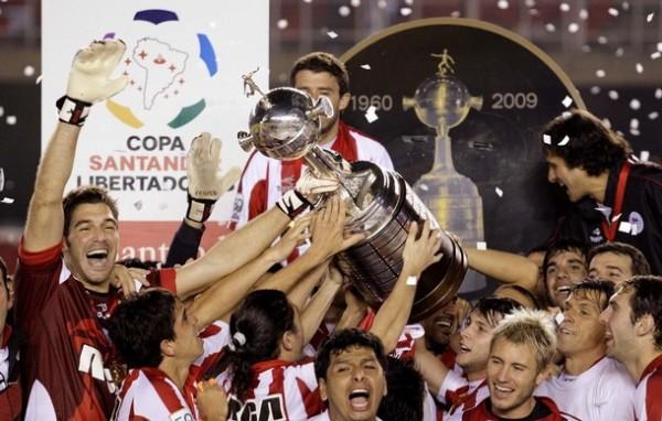 LA GLORIA PINCHA. En el cincuentenario de la Libertadores, el trofeo volvió a La Plata (Foto: Reuters)