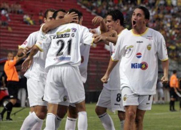 CELEBRAN LOS VENEZOLANOS. Fue la gran sorpresa de la semana copera. Deportivo Táchira venció al Guaraní en su propio estadio y empieza a meter presión a sus rivales en el grupo 2 (Foto: EFE)