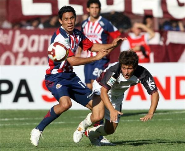 NO TE COMPLIQUES. Chivas desperdició la gran ocasión de debutar con un triunfo en su visita al Lanús, que sobre la hora rescató un angustioso empate  (Foto: EFE)