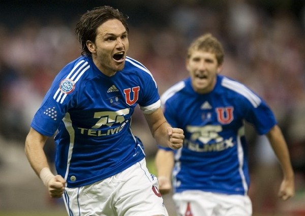 A TODO PULMÓN. El defensor y capitan azul celebra su conquista secundado por Seymur. El elenco sureño consiguió un gol clave en sus aspiraciones de llegar a la final (Foto: AFP)