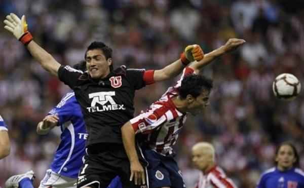 SOLO UNA VEZ. Omar Bravo intenta complicar al golero Miguel Pinto, a quien sorprendió en la concepción de la jugada del empate. Esta vez todo se diluyó dentro del área (Foto: AP)