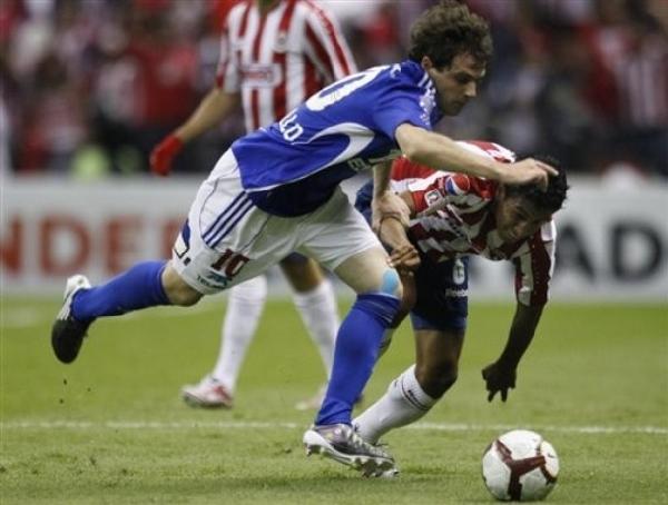 LA REVANCHA PROMETE. El habilidoso Walter Montillo pelea por el esférico con Omar Esparza. La próxima semana cualquier cosa puede suceder en el estadio Nacional de Santiago (Foto: AP)