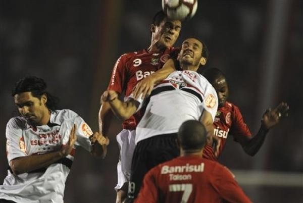 INICIO DE LA BATALLA. Si bien el arranque del encuentro fue equiparado, el dominio del Inter se fue haciendo más notorio con el correr de los minutos (Foto: AP)