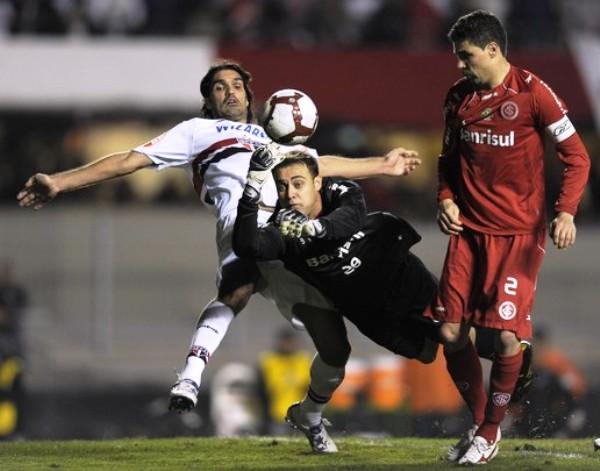 APARENTE SEGURIDAD. Renan despeja el esférico ante el asedio de Fernandao. Pese a esa providencial atajada, cometió un blooper que desencadenó el primer gol del partido (Foto: AP)