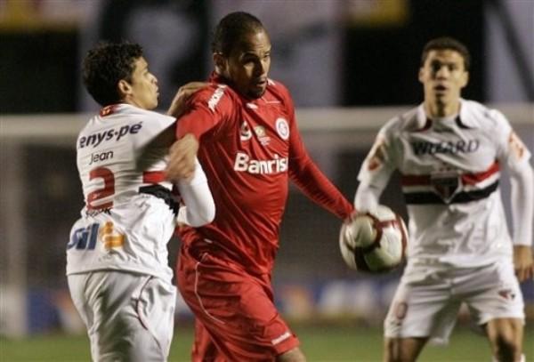 HOMBRE CLAVE. Alecsandro es interceptado por el zaguero Jean. El '9' del Inter convirtió el descuento, que finalmente sirvió para acceder a la final (Foto: AP)