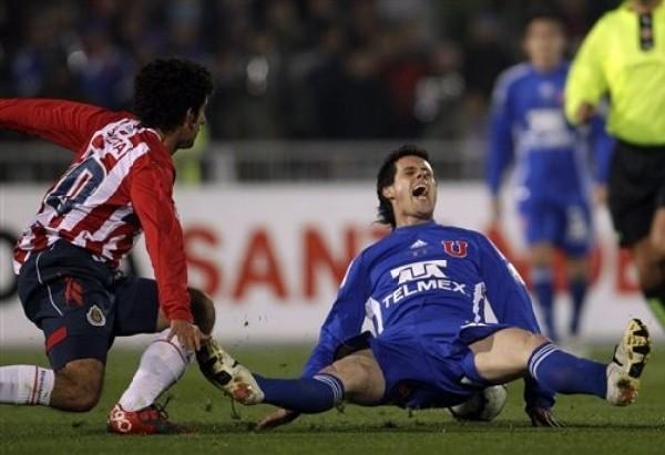 ¿POR QUÉ?. Diego Rivarola parece interrogarse por la pésima fortuna de los 'Chunchos' de cara al gol. De no errar tanto, el pase a la final por primera vez en su historia se hubiera cristalizado (Foto: AP)