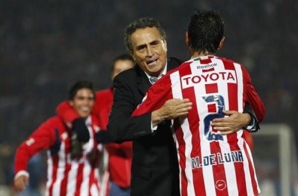 ABRAZADOS A LA HISTORIA. El técnico de Chivas, José Luis Real, se abraza con el defensor Mario De Luna. El 'Rebaño Sagrado' es el segundo equipo mexicano en llegar a la final (Foto: AP)