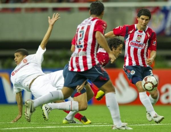 LA FUERZA NO ALCANZA. Guimaraes cae en la escena, Chivas marcó con todo pero fue derrotado al final. (Foto: AP)