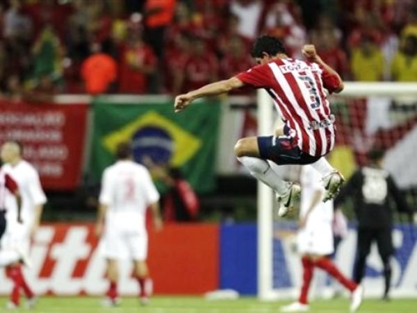SALTO AL VACÍO. Luego del salto de festejo de De la Mora, Chivas cayó en saco roto. (Foto: AP)