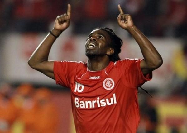 SI NO FUERA POR TÍ. No anotó en la noche gaúcha, pero fue el hombre más destacado de la cancha. Tinga condujo los hilos de su equipo y fue el principal soporte para doblegar en la final a Chivas (Foto: AP)