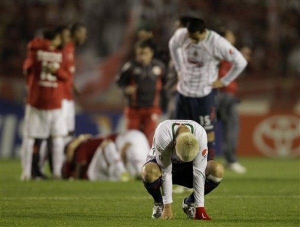 UN BOFETAZO. Adolfo 'Bofo' Bautista es uno de los que más sintió la derrota del elenco de Guadalajara. Acá se lamenta en un rincón del estadio Beira Rio (Foto: AP)