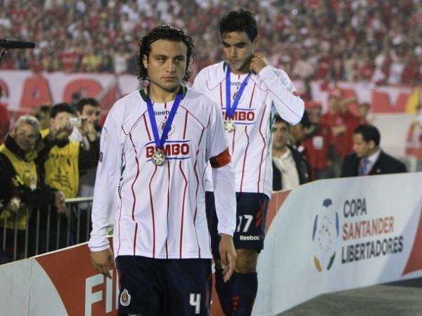 ¿REY? NO. La cara de desolación de Héctor Reynoso y Omar Bravo evidencia el fastidio por haber sido relegados al subcampeonato (Foto: AP)