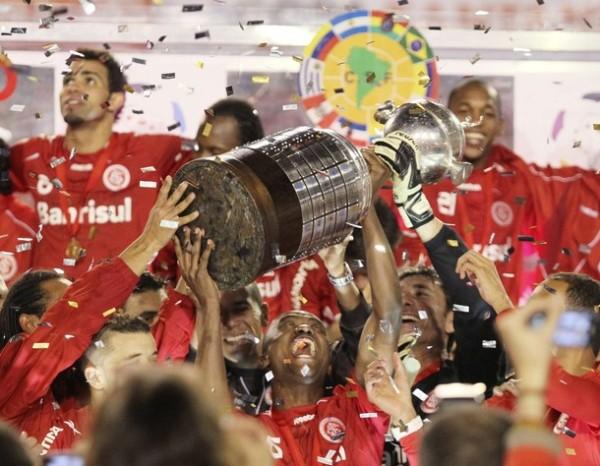 QUE NO SE VAYA A ROMPER. Los jugadores de Internacional desatan toda su algarabía con el máximo trofeo continental (Foto: REUTERS)