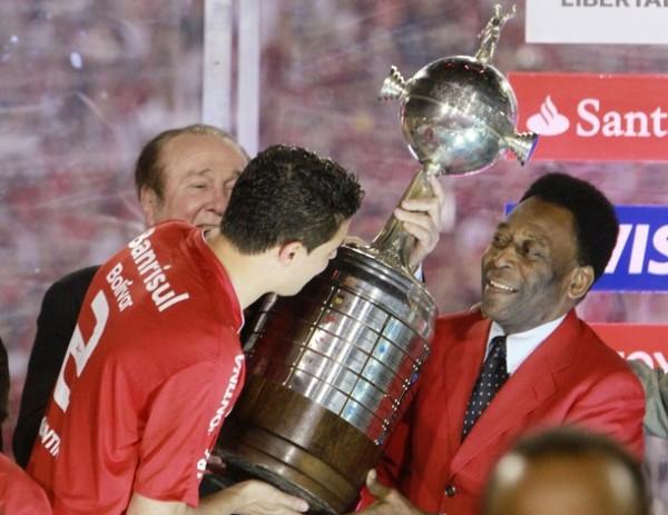 DE O'REI PARA EL REY. El capitán Bolivar recibe la Copa Libertadores de manos de 'O'Rei' Pelé (Foto: REUTERS)