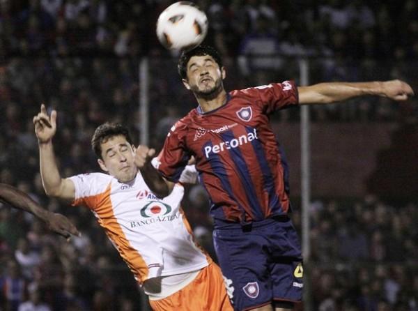 NO SE DEJARON ARAÑAR. Pedro Benítez logra conectar un balón de cabeza pese a la presencia de Francisco Razo. Los paraguayos no se dejaron sorprender en ningún tramo del partido por los aztecas. (Foto: Reuters)