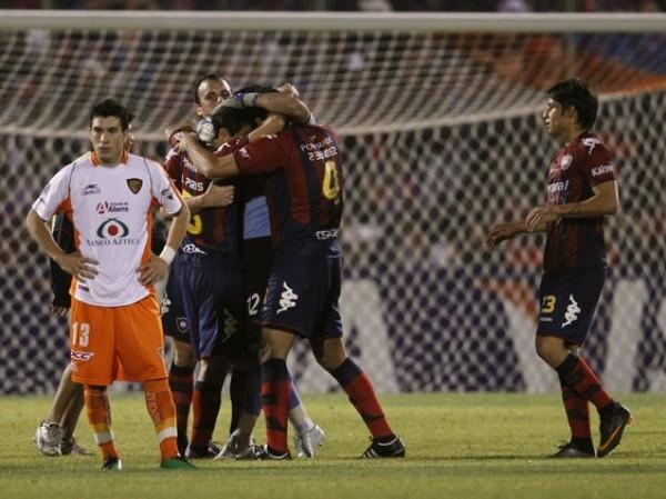 LA HISTORIA DE NUNCA ACABAR. Mientras los jugadores de Cerro Porteño celebran su clasificación a semifinales, Jorge Rodríguez de Jaguares  muestra su decepción por el desenlace final. (Foto: Reuters)