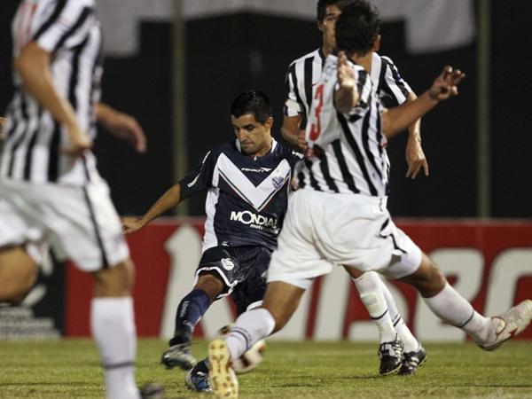EN SU MÁXIMA EXPRESIÓN. Maximiliano Moralez fue la gran figura del Vélez Sarfield, al anotar dos de los cuatro goles que le hizo el elenco argentino a Libertad. (Foto: Reuters)