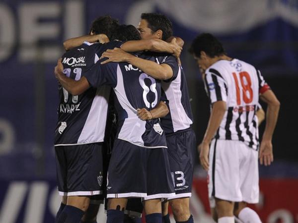 UN MERECIDO ABRAZO. Vélez Sarfield logró un contundente triunfo sobre Libertad y pasó a la semifinales. El elenco argentino es uno de los favoritos para llevarse el título continental. (Foto: Reuters)